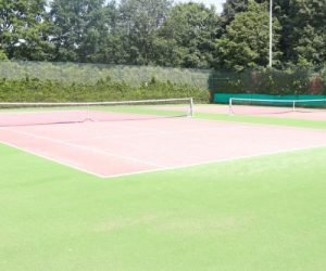 Buiten tennisbaan