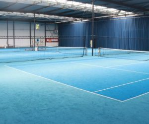 Binnen tennisbaan